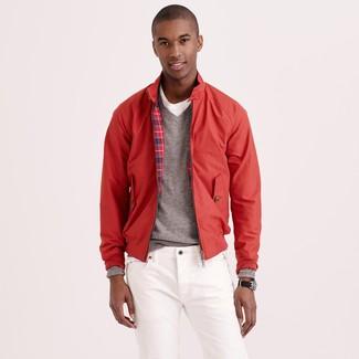 Weiße Jeans kombinieren: trends 2020: Entscheiden Sie sich für eine rote Harrington-Jacke und weißen Jeans, um mühelos alles zu meistern, was auch immer der Tag bringen mag.