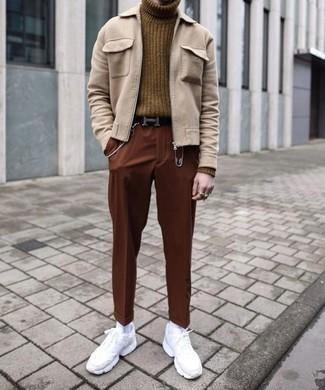Hellbeige Harrington-Jacke kombinieren: trends 2020: Paaren Sie eine hellbeige Harrington-Jacke mit einer rotbraunen Chinohose für ein bequemes Outfit, das außerdem gut zusammen passt. Fühlen Sie sich ideenreich? Ergänzen Sie Ihr Outfit mit weißen Sportschuhen.