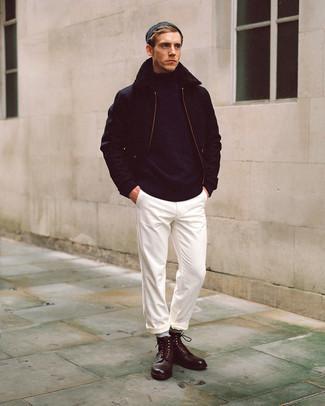 Schwarze Harrington-Jacke kombinieren – 48 Herren Outfits: Kombinieren Sie eine schwarze Harrington-Jacke mit einer weißen Chinohose, um mühelos alles zu meistern, was auch immer der Tag bringen mag. Fühlen Sie sich ideenreich? Vervollständigen Sie Ihr Outfit mit einer dunkelbraunen Lederfreizeitstiefeln.