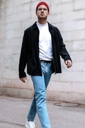 Schwarze Harrington-Jacke kombinieren – 48 Herren Outfits: Erwägen Sie das Tragen von einer schwarzen Harrington-Jacke und hellblauen Jeans für ein großartiges Wochenend-Outfit. Weiße Segeltuch niedrige Sneakers sind eine großartige Wahl, um dieses Outfit zu vervollständigen.