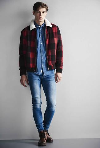 Wie kombinieren: rote und schwarze Harrington-Jacke mit Karomuster, blaues Jeanshemd, blaue enge Jeans, braune Lederfreizeitstiefel