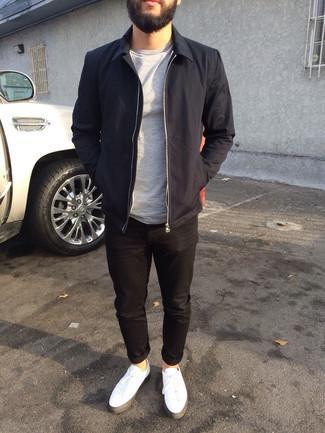 Schwarze Harrington-Jacke kombinieren – 48 Herren Outfits: Kombinieren Sie eine schwarze Harrington-Jacke mit schwarzen Jeans, um einen lockeren, aber dennoch stylischen Look zu erhalten. Weiße Segeltuch niedrige Sneakers sind eine großartige Wahl, um dieses Outfit zu vervollständigen.