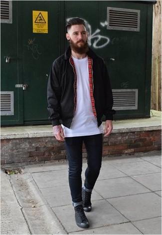 Wie kombinieren: schwarze Harrington-Jacke, weißes T-Shirt mit einem Rundhalsausschnitt, dunkelblaue enge Jeans, schwarze hohe Sneakers aus Segeltuch