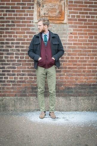 Hellbeige Wildleder Slipper kombinieren: trends 2020: Kombinieren Sie eine dunkelblaue Harrington-Jacke aus Wildleder mit einer olivgrünen Chinohose für ein bequemes Outfit, das außerdem gut zusammen passt. Fügen Sie hellbeige Wildleder Slipper für ein unmittelbares Style-Upgrade zu Ihrem Look hinzu.