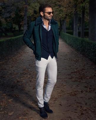 Dunkelgrüne Socken kombinieren – 175 Herren Outfits: Eine dunkelgrüne Harrington-Jacke aus Cord und dunkelgrüne Socken sind eine großartige Outfit-Formel für Ihre Sammlung. Fühlen Sie sich mutig? Vervollständigen Sie Ihr Outfit mit dunkelblauen Chukka-Stiefeln aus Wildleder.