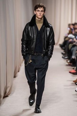 Beige Rollkragenpullover kombinieren – 489 Herren Outfits: Paaren Sie einen beige Rollkragenpullover mit einer schwarzen Chinohose, um einen lockeren, aber dennoch stylischen Look zu erhalten. Fühlen Sie sich mutig? Wählen Sie schwarzen Leder Derby Schuhe.