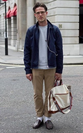 Dunkelblaue Harrington-Jacke kombinieren: trends 2020: Vereinigen Sie eine dunkelblaue Harrington-Jacke mit einer beige Chinohose für ein großartiges Wochenend-Outfit. Ergänzen Sie Ihr Outfit mit dunkelbraunen Leder Slippern, um Ihr Modebewusstsein zu zeigen.