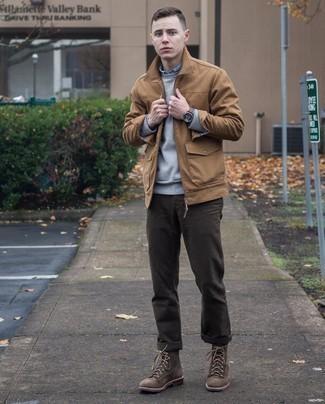 Dunkelbraune Chinohose kombinieren – 1200+ Herren Outfits: Entscheiden Sie sich für eine beige Harrington-Jacke und eine dunkelbraune Chinohose für einen bequemen Alltags-Look. Fühlen Sie sich ideenreich? Wählen Sie eine dunkelbraune Wildlederfreizeitstiefel.
