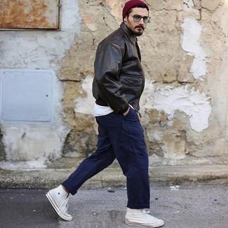 Dunkelblaue Cargohose kombinieren – 78 Herren Outfits: Kombinieren Sie eine dunkelbraune Harrington-Jacke aus Leder mit einer dunkelblauen Cargohose für ein sonntägliches Mittagessen mit Freunden. Fühlen Sie sich mutig? Ergänzen Sie Ihr Outfit mit weißen hohen Sneakers aus Segeltuch.