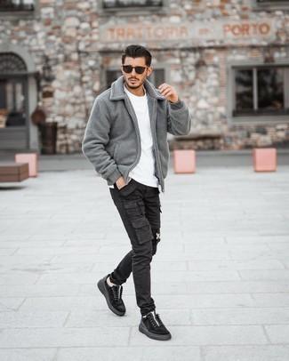Graue Harrington-Jacke kombinieren – 76 Herren Outfits: Kombinieren Sie eine graue Harrington-Jacke mit einer schwarzen Cargohose für ein großartiges Wochenend-Outfit. Schwarze Wildleder niedrige Sneakers sind eine perfekte Wahl, um dieses Outfit zu vervollständigen.