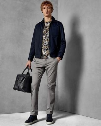 Graue Chinohose kombinieren: trends 2020: Kombinieren Sie eine dunkelblaue Harrington-Jacke mit einer grauen Chinohose für einen bequemen Alltags-Look. Fühlen Sie sich mutig? Wählen Sie dunkelblauen Leder niedrige Sneakers.