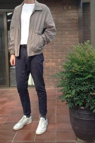 Weiße Leder niedrige Sneakers kombinieren: trends 2020: Kombinieren Sie eine graue Harrington-Jacke mit einer dunkelblauen Chinohose, um mühelos alles zu meistern, was auch immer der Tag bringen mag. Fühlen Sie sich mutig? Vervollständigen Sie Ihr Outfit mit weißen Leder niedrigen Sneakers.