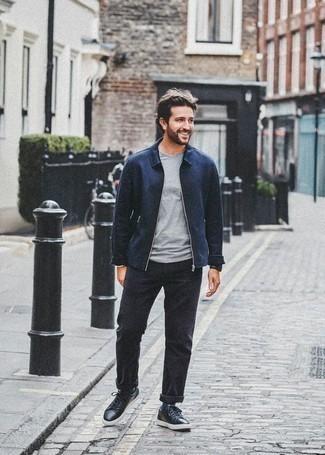 Dunkelblaue Harrington-Jacke kombinieren: trends 2020: Kombinieren Sie eine dunkelblaue Harrington-Jacke mit einer schwarzen Chinohose für ein großartiges Wochenend-Outfit. Fühlen Sie sich mutig? Komplettieren Sie Ihr Outfit mit schwarzen Leder niedrigen Sneakers.