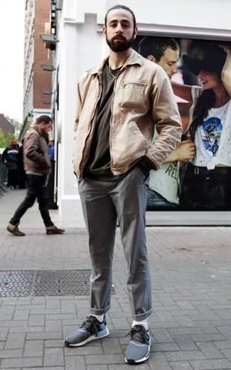 Hellbeige Harrington-Jacke kombinieren: trends 2020: Tragen Sie eine hellbeige Harrington-Jacke und eine graue Chinohose für ein großartiges Wochenend-Outfit. Warum kombinieren Sie Ihr Outfit für einen legereren Auftritt nicht mal mit dunkelblauen Sportschuhen?