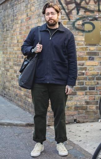 Dunkelblaue Harrington-Jacke kombinieren: trends 2020: Kombinieren Sie eine dunkelblaue Harrington-Jacke mit einer dunkelgrünen Chinohose, um einen lockeren, aber dennoch stylischen Look zu erhalten. Fühlen Sie sich ideenreich? Vervollständigen Sie Ihr Outfit mit hellbeige Segeltuch niedrigen Sneakers.