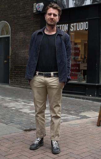Dunkelblaue Harrington-Jacke kombinieren: trends 2020: Erwägen Sie das Tragen von einer dunkelblauen Harrington-Jacke und einer beige Chinohose für ein sonntägliches Mittagessen mit Freunden. Suchen Sie nach leichtem Schuhwerk? Wählen Sie schwarzen hohe Sneakers aus Leder für den Tag.