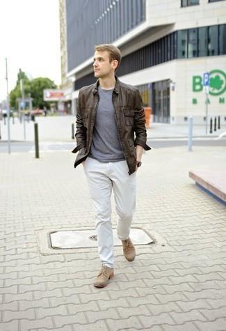 30 Jährige: Hose kombinieren – 500+ Herren Outfits: Vereinigen Sie eine dunkelbraune Harrington-Jacke aus Leder mit einer Hose, um einen lockeren, aber dennoch stylischen Look zu erhalten. Heben Sie dieses Ensemble mit beige Wildleder Derby Schuhen hervor.
