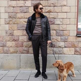 Dunkelgrüne Sonnenbrille kombinieren – 981+ Herren Outfits: Kombinieren Sie eine schwarze Harrington-Jacke aus Leder mit einer dunkelgrünen Sonnenbrille für einen entspannten Wochenend-Look. Schwarze Wildleder Slipper putzen umgehend selbst den bequemsten Look heraus.