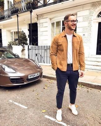 Weiße Leder niedrige Sneakers kombinieren – 500+ Casual Herren Outfits: Vereinigen Sie eine beige Harrington-Jacke mit einer dunkelblauen Chinohose, um einen lockeren, aber dennoch stylischen Look zu erhalten. Wenn Sie nicht durch und durch formal auftreten möchten, vervollständigen Sie Ihr Outfit mit weißen Leder niedrigen Sneakers.