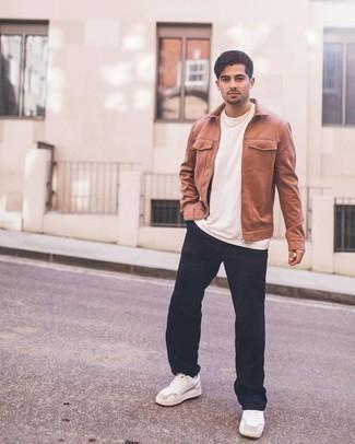 Rotbraune Harrington-Jacke kombinieren – 132 Herren Outfits: Kombinieren Sie eine rotbraune Harrington-Jacke mit einer dunkelblauen Chinohose für ein sonntägliches Mittagessen mit Freunden. Wenn Sie nicht durch und durch formal auftreten möchten, vervollständigen Sie Ihr Outfit mit weißen Leder niedrigen Sneakers.