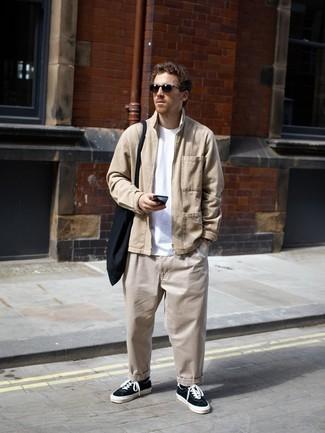 Schwarze Shopper Tasche aus Segeltuch kombinieren – 212 Herren Outfits: Vereinigen Sie eine beige Harrington-Jacke mit einer schwarzen Shopper Tasche aus Segeltuch für einen entspannten Wochenend-Look. Fühlen Sie sich ideenreich? Ergänzen Sie Ihr Outfit mit schwarzen und weißen Segeltuch niedrigen Sneakers.