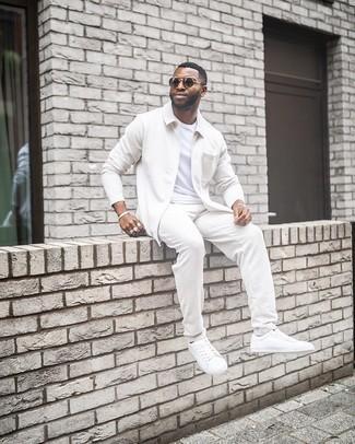 Weiße Leder niedrige Sneakers kombinieren – 500+ Herren Outfits: Erwägen Sie das Tragen von einer weißen Harrington-Jacke und einer weißen Strick Chinohose für ein sonntägliches Mittagessen mit Freunden. Vervollständigen Sie Ihr Look mit weißen Leder niedrigen Sneakers.