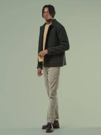 Beige T-Shirt mit einem Rundhalsausschnitt kombinieren – 360 Herren Outfits: Kombinieren Sie ein beige T-Shirt mit einem Rundhalsausschnitt mit einer grauen Chinohose für einen bequemen Alltags-Look. Komplettieren Sie Ihr Outfit mit dunkelbraunen Chukka-Stiefeln aus Leder, um Ihr Modebewusstsein zu zeigen.