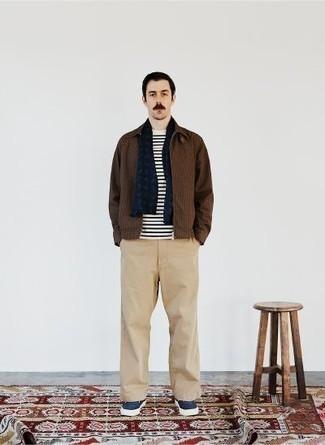 Schal kombinieren – 500+ Herren Outfits: Entscheiden Sie sich für Komfort in einer braunen Harrington-Jacke mit Karomuster und einem Schal. Dunkelblaue Segeltuch niedrige Sneakers bringen Eleganz zu einem ansonsten schlichten Look.