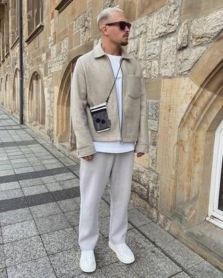 Harrington-Jacke kombinieren – 824+ Herren Outfits: Paaren Sie eine Harrington-Jacke mit einer grauen Chinohose, um einen lockeren, aber dennoch stylischen Look zu erhalten. Wenn Sie nicht durch und durch formal auftreten möchten, wählen Sie weißen Segeltuch niedrige Sneakers.