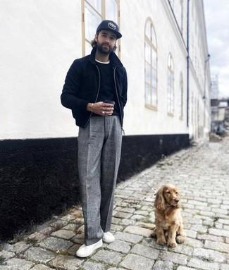 Harrington-Jacke kombinieren – 824+ Herren Outfits: Entscheiden Sie sich für eine Harrington-Jacke und eine graue Chinohose mit Schottenmuster, um mühelos alles zu meistern, was auch immer der Tag bringen mag. Dieses Outfit passt hervorragend zusammen mit weißen Segeltuch niedrigen Sneakers.