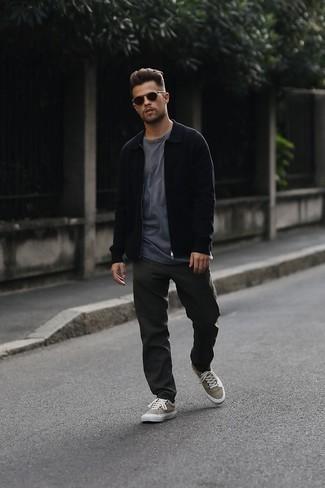 Dunkelgraue Chinohose kombinieren – 500+ Herbst Herren Outfits: Entscheiden Sie sich für eine schwarze Harrington-Jacke und eine dunkelgraue Chinohose, um mühelos alles zu meistern, was auch immer der Tag bringen mag. Suchen Sie nach leichtem Schuhwerk? Wählen Sie beige Segeltuch niedrige Sneakers für den Tag. So einfach kann ein stylisches Übergangs-Outfit sein.