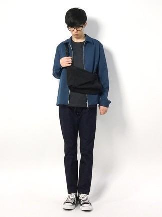 Teenager: Transparente Sonnenbrille kombinieren – 155 Herren Outfits: Eine dunkelblaue Harrington-Jacke und eine transparente Sonnenbrille sind eine perfekte Outfit-Formel für Ihre Sammlung. Fühlen Sie sich mutig? Entscheiden Sie sich für schwarzen und weißen Segeltuch niedrige Sneakers.