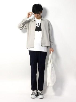Teenager: Transparente Sonnenbrille kombinieren – 155 Herren Outfits: Für ein bequemes Couch-Outfit, erwägen Sie das Tragen von einer grauen Harrington-Jacke und einer transparenten Sonnenbrille. Putzen Sie Ihr Outfit mit schwarzen und weißen Segeltuch niedrigen Sneakers.