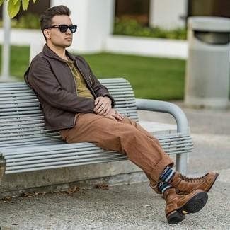 Braune Chinohose kombinieren – 500+ Herren Outfits: Entscheiden Sie sich für eine dunkelbraune Harrington-Jacke aus Leder und eine braune Chinohose für ein Alltagsoutfit, das Charakter und Persönlichkeit ausstrahlt. Putzen Sie Ihr Outfit mit einer braunen Lederfreizeitstiefeln.
