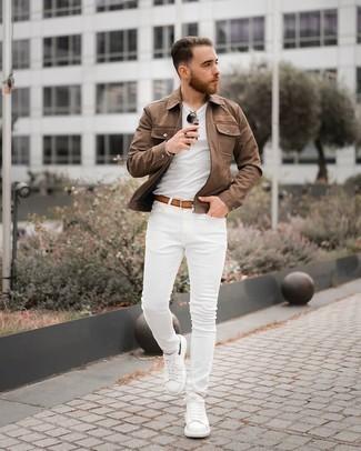 Weiße Leder niedrige Sneakers kombinieren – 500+ Herren Outfits: Kombinieren Sie eine braune Harrington-Jacke mit weißen engen Jeans für ein sonntägliches Mittagessen mit Freunden. Weiße Leder niedrige Sneakers sind eine gute Wahl, um dieses Outfit zu vervollständigen.
