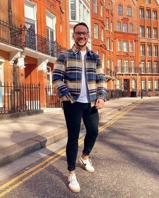 Mehrfarbige Harrington-Jacke kombinieren – 14 Herren Outfits: Kombinieren Sie eine mehrfarbige Harrington-Jacke mit schwarzen engen Jeans für ein Alltagsoutfit, das Charakter und Persönlichkeit ausstrahlt. Weiße und dunkelblaue Segeltuch niedrige Sneakers sind eine gute Wahl, um dieses Outfit zu vervollständigen.