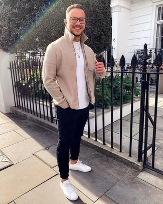 Weiße Leder niedrige Sneakers kombinieren – 500+ Herren Outfits warm Wetter: Erwägen Sie das Tragen von einer hellbeige Harrington-Jacke und dunkelblauen engen Jeans für ein bequemes Outfit, das außerdem gut zusammen passt. Weiße Leder niedrige Sneakers sind eine kluge Wahl, um dieses Outfit zu vervollständigen.