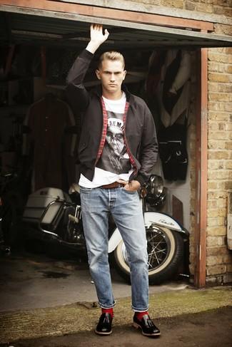 schwarze Harrington-Jacke, weißes und schwarzes bedrucktes T-Shirt mit einem Rundhalsausschnitt, hellblaue Jeans, schwarze Leder Slipper mit Quasten für Herren