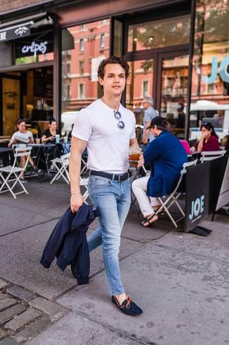 Wie kombinieren: dunkelblaue Harrington-Jacke, weißes T-Shirt mit einem Rundhalsausschnitt, hellblaue Jeans, dunkelblaue Wildleder Mokassins