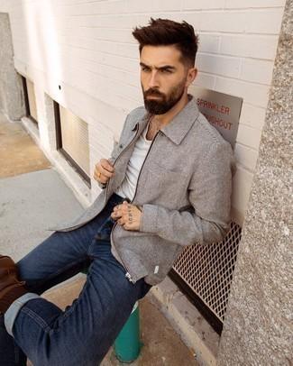 Dunkelbraune Socken kombinieren – 978+ Herren Outfits: Für ein bequemes Couch-Outfit, erwägen Sie das Tragen von einer grauen Wollharrington-jacke und dunkelbraunen Socken. Fühlen Sie sich ideenreich? Entscheiden Sie sich für eine dunkelbraune Lederfreizeitstiefel.