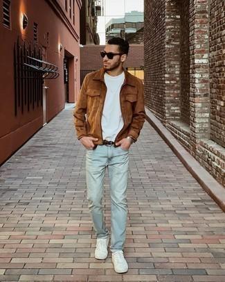 Weißes T-Shirt mit einem Rundhalsausschnitt kombinieren – 500+ Herren Outfits: Tragen Sie ein weißes T-Shirt mit einem Rundhalsausschnitt und hellblauen Jeans, um einen lockeren, aber dennoch stylischen Look zu erhalten. Vervollständigen Sie Ihr Look mit weißen Segeltuch niedrigen Sneakers.
