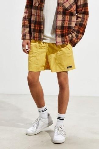 Frühling Outfits Herren 2020: Entscheiden Sie sich für eine beige Harrington-Jacke mit Schottenmuster und senf Sportshorts für einen entspannten Wochenend-Look. Fühlen Sie sich ideenreich? Komplettieren Sie Ihr Outfit mit weißen Leder niedrigen Sneakers. Schon mal so einen stylischen Frühlings-Outfit gesehen?