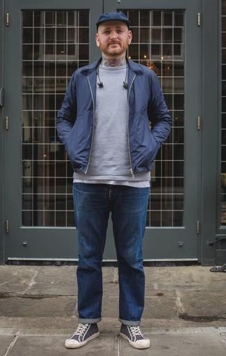 Dunkelblaue Harrington-Jacke kombinieren: trends 2020: Kombinieren Sie eine dunkelblaue Harrington-Jacke mit blauen Jeans, um mühelos alles zu meistern, was auch immer der Tag bringen mag. Fühlen Sie sich mutig? Komplettieren Sie Ihr Outfit mit dunkelblauen und weißen hohen Sneakers aus Segeltuch.
