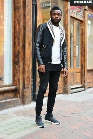 Herren Outfits & Modetrends 2020: Kombinieren Sie eine schwarze Harrington-Jacke aus Wildleder mit schwarzen Jeans für ein großartiges Wochenend-Outfit. Fühlen Sie sich mutig? Entscheiden Sie sich für dunkelblauen Sportschuhe.