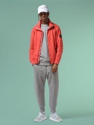 Trainingsanzug kombinieren: trends 2020: Entscheiden Sie sich für Komfort in einem Trainingsanzug und einer roten Harrington-Jacke. Fühlen Sie sich mutig? Ergänzen Sie Ihr Outfit mit grauen Sportschuhen.