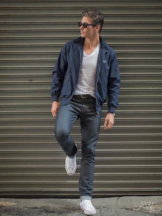 Wie kombinieren: dunkelblaue Harrington-Jacke, weißes T-Shirt mit einem V-Ausschnitt, dunkelgraue Jeans, weiße Segeltuch niedrige Sneakers