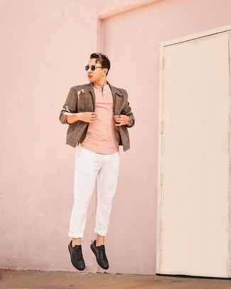 Weiße Chinohose kombinieren – 1200+ Herren Outfits: Paaren Sie eine braune Harrington-Jacke mit Vichy-Muster mit einer weißen Chinohose für ein bequemes Outfit, das außerdem gut zusammen passt. Komplettieren Sie Ihr Outfit mit schwarzen Leder niedrigen Sneakers.