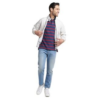 Wie kombinieren: weiße Harrington-Jacke, dunkelblaues horizontal gestreiftes Polohemd, hellblaue Jeans, weiße Leder niedrige Sneakers