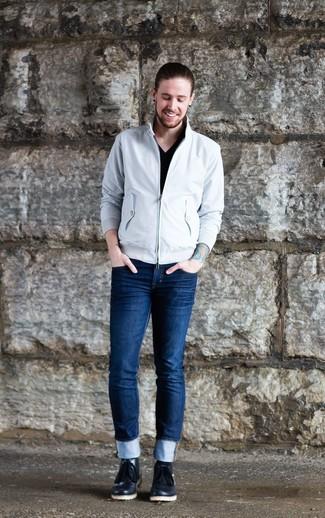 Wie kombinieren: weiße Harrington-Jacke, schwarzes T-Shirt mit einem V-Ausschnitt, dunkelblaue enge Jeans, schwarze Chukka-Stiefel aus Leder