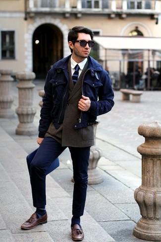 Dunkelblaue horizontal gestreifte Krawatte kombinieren: trends 2020: Tragen Sie eine dunkelblaue Harrington-Jacke und eine dunkelblaue horizontal gestreifte Krawatte, um vor Klasse und Perfektion zu strotzen. Fühlen Sie sich mutig? Komplettieren Sie Ihr Outfit mit braunen Leder Slippern mit Quasten.